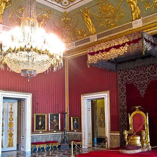 La sala del trono del Palazzo Reale di Napoli